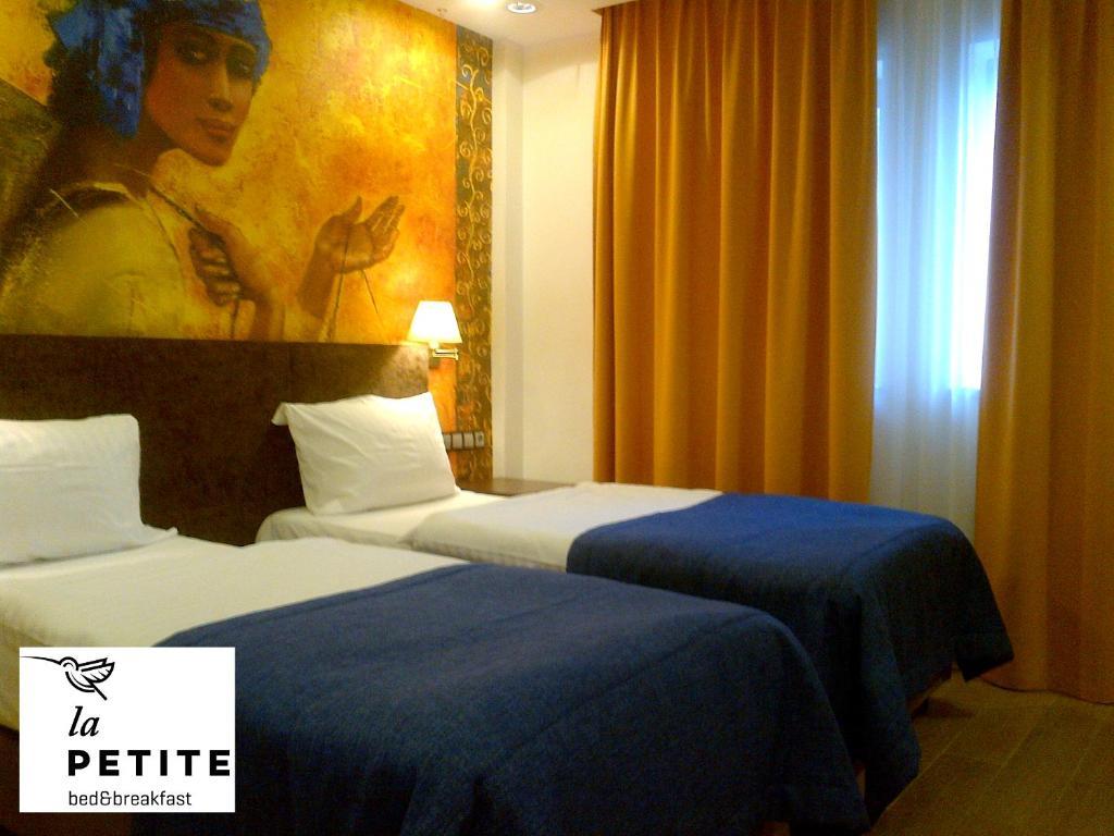 Łóżko lub łóżka w pokoju w obiekcie La Petite B&B