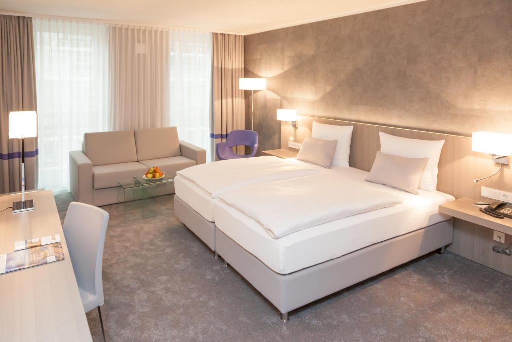 Ein Bett oder Betten in einem Zimmer der Unterkunft relexa hotel München