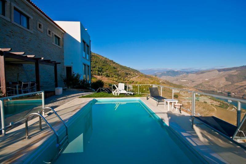 The swimming pool at or close to Quinta de Santo Antonio
