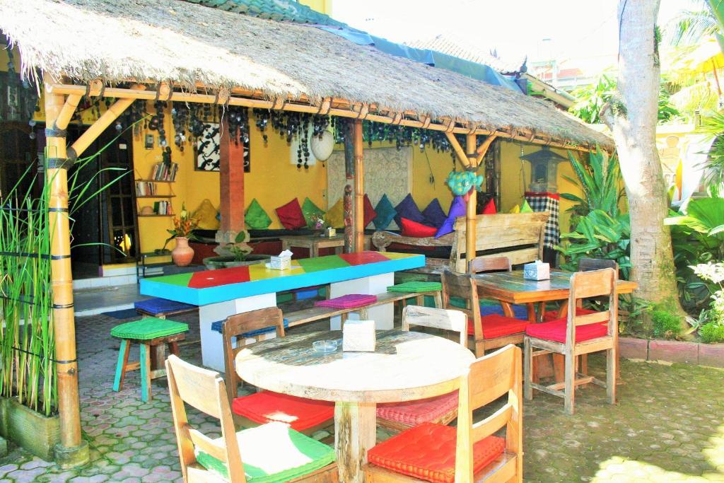 Ein Restaurant oder anderes Speiselokal in der Unterkunft The Happy Mango Tree