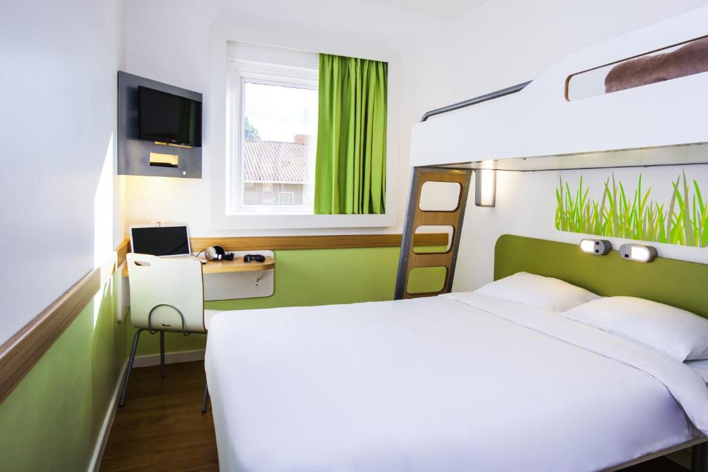A bed or beds in a room at ibis budget Antwerpen Centraal Station