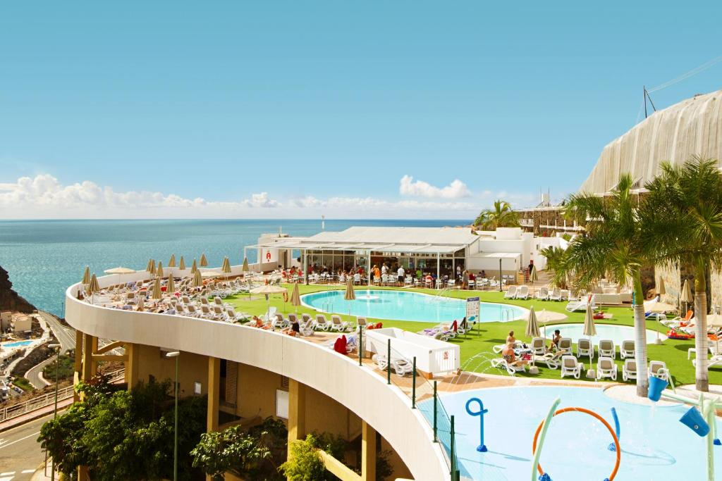 A view of the pool at Hotel Altamadores or nearby