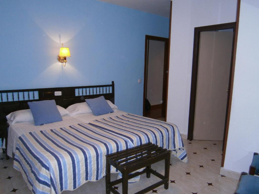 A bed or beds in a room at Hostal Residencia Avenida