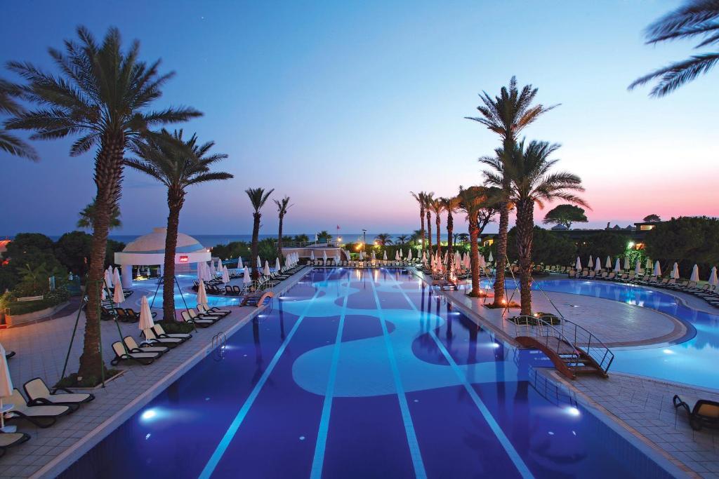 Der Swimmingpool an oder in der Nähe von Limak Atlantis Deluxe Hotel-2 Children Free up to Age 14