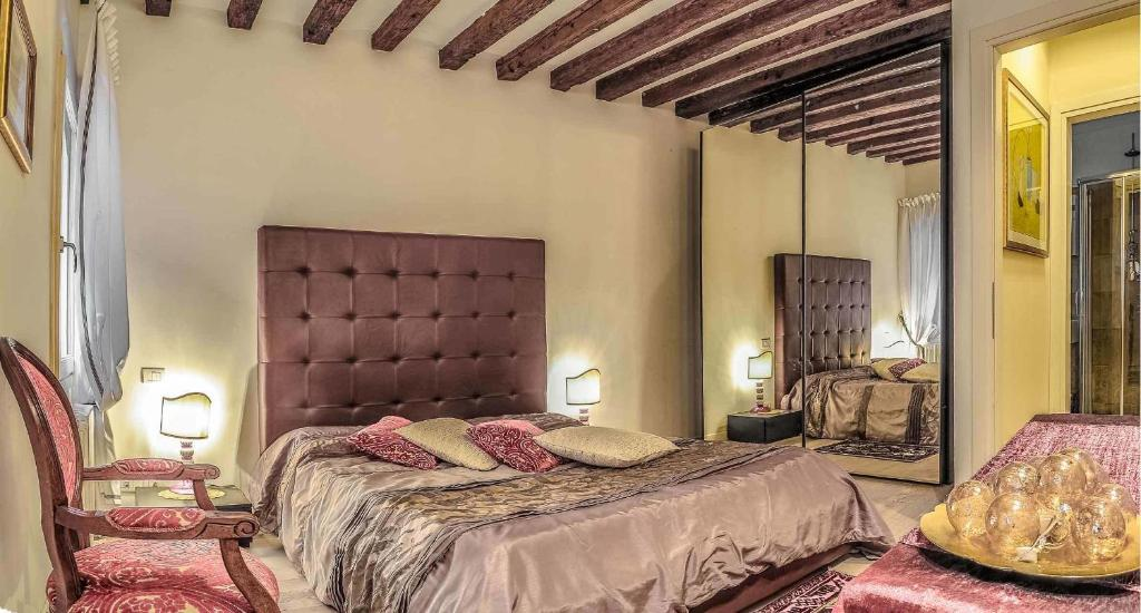 A bed or beds in a room at Venice Dream House