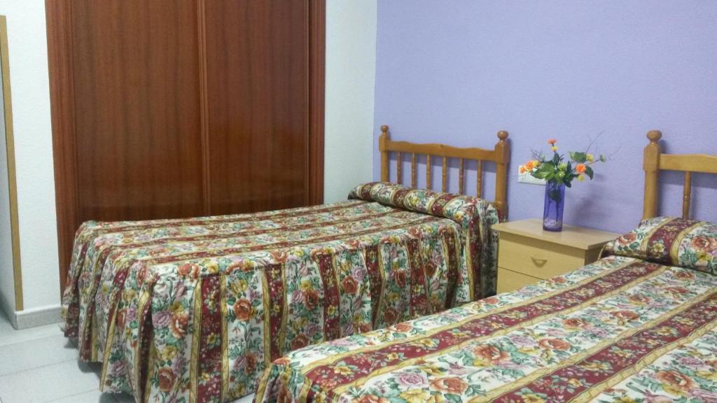 A bed or beds in a room at Albergue Ciudad de Cáceres