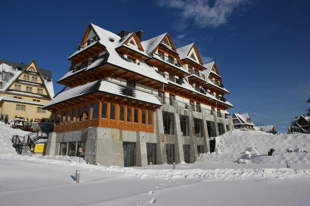 Hotel Zbójnicówka during the winter