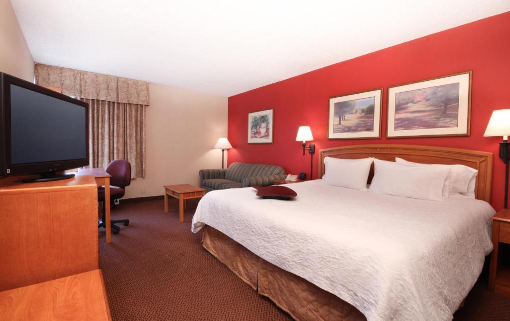 A bed or beds in a room at Meadowlands River Inn