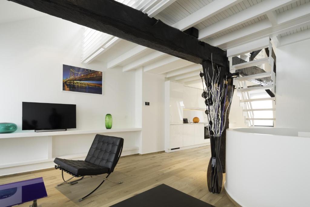 Uma TV ou centro de entretenimento em Apartments Chapeliers / Grand-Place