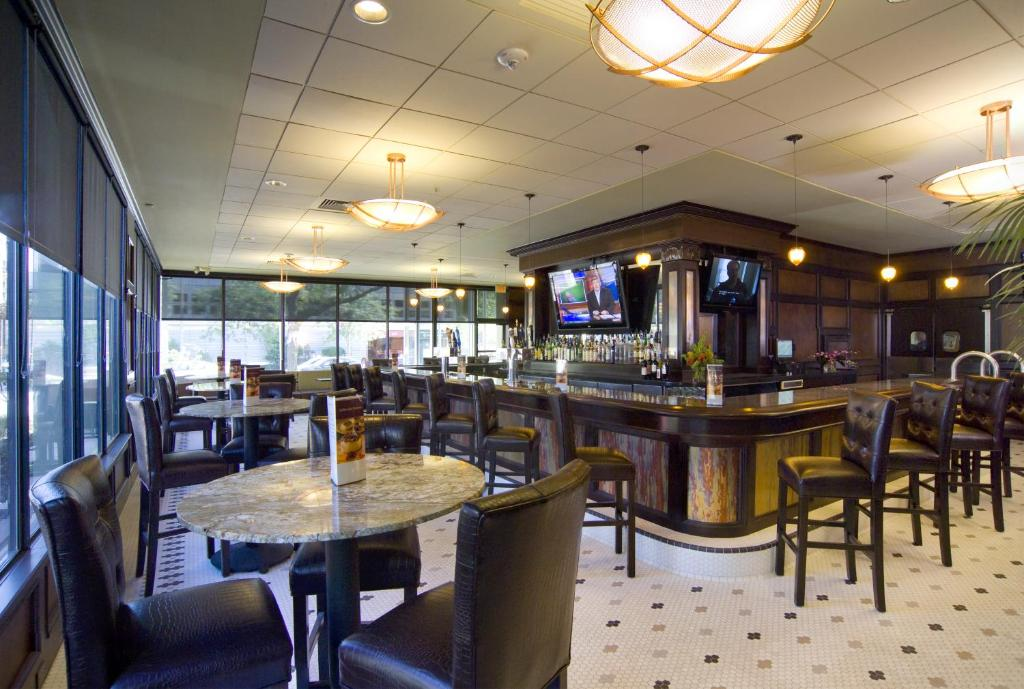 A restaurant or other place to eat at DoubleTree by Hilton Cleveland/Downtown Lakeside