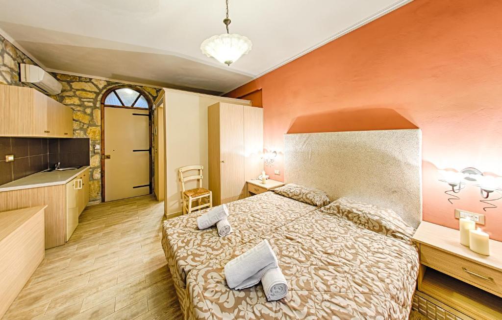 Ένα ή περισσότερα κρεβάτια σε δωμάτιο στο Harmony Hotel
