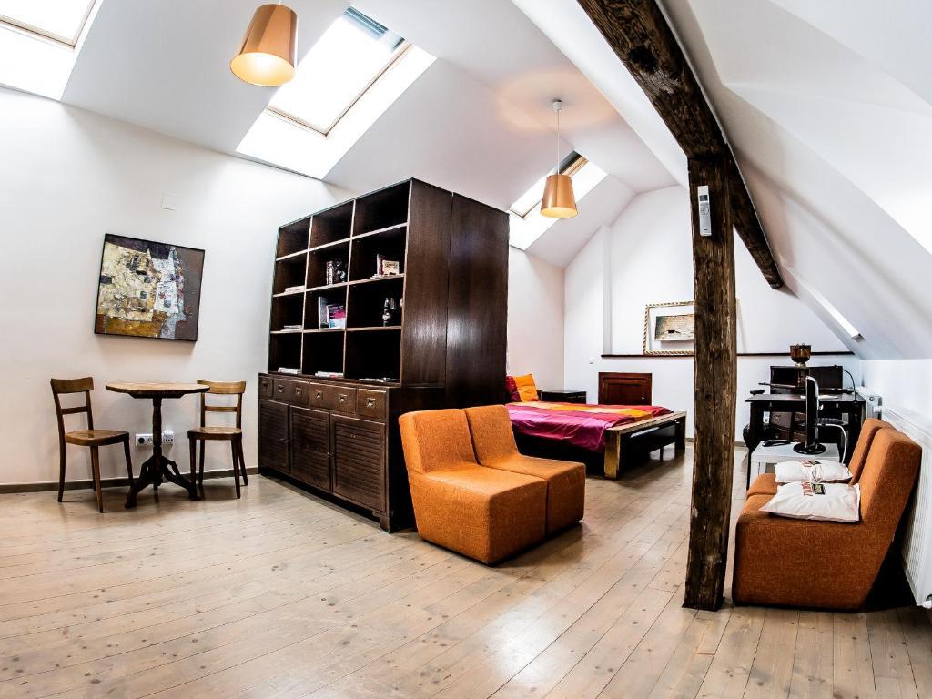 Uma área de estar em Max Apartments