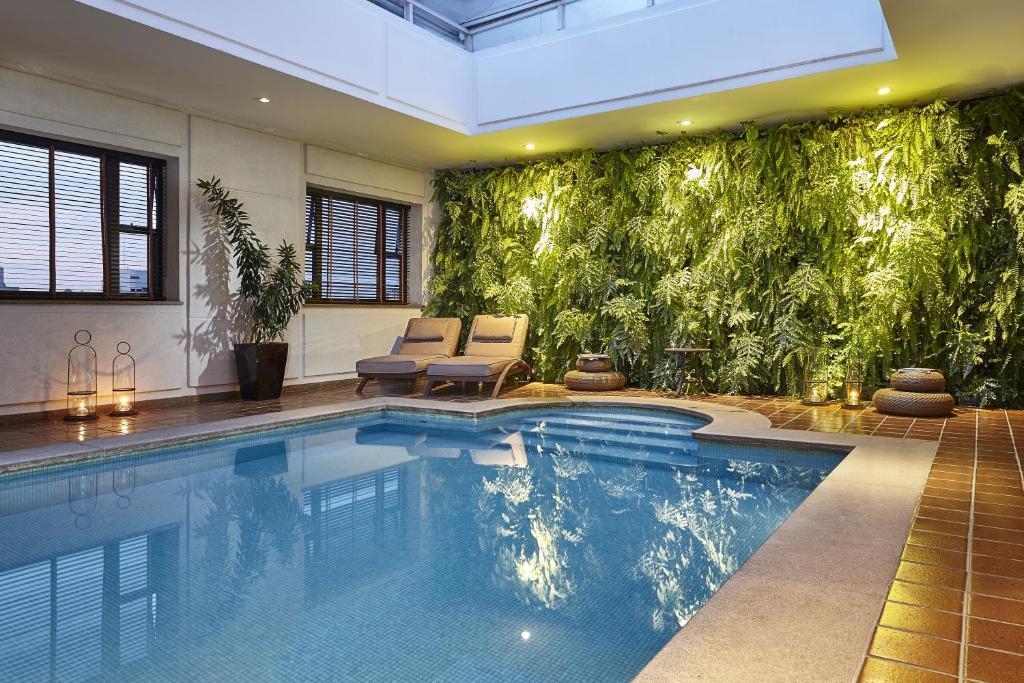 A piscina localizada em L'Hotel PortoBay São Paulo ou nos arredores