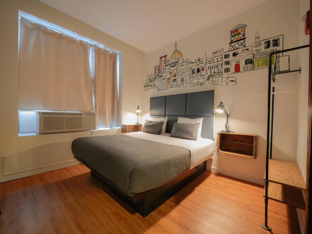 Uma cama ou camas num quarto em CITY ROOMS NYC - Soho