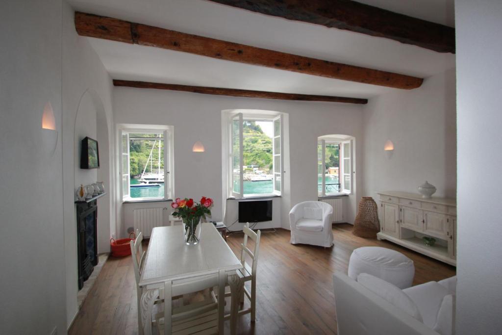 The lounge or bar area at Love in Portofino Apartment