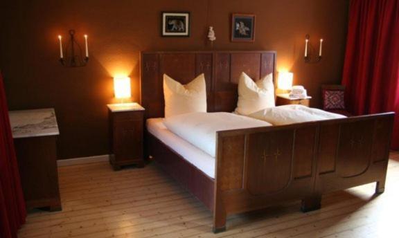 Ein Bett oder Betten in einem Zimmer der Unterkunft McMüller's Brauereigasthof