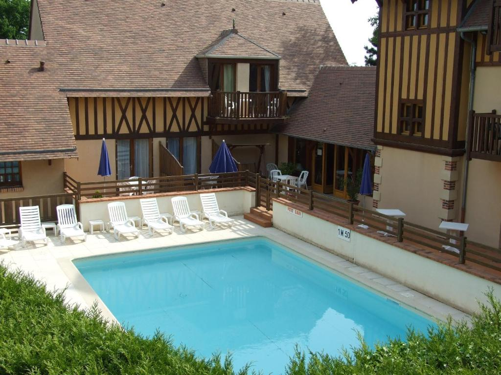 A view of the pool at Hôtel Le Romantica or nearby