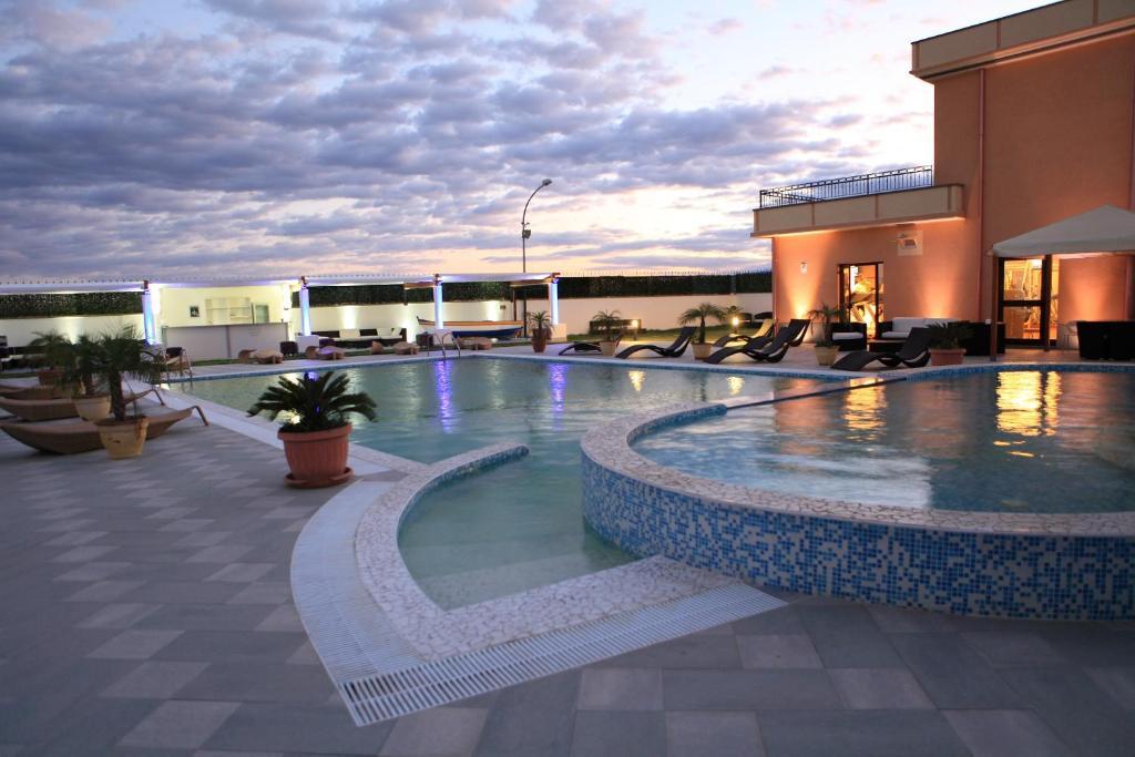 المسبح في Grand Hotel Paradiso أو بالجوار