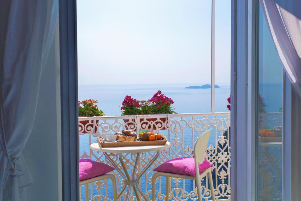 Vista generica sul mare o vista sul mare dall'interno del bed & breakfast