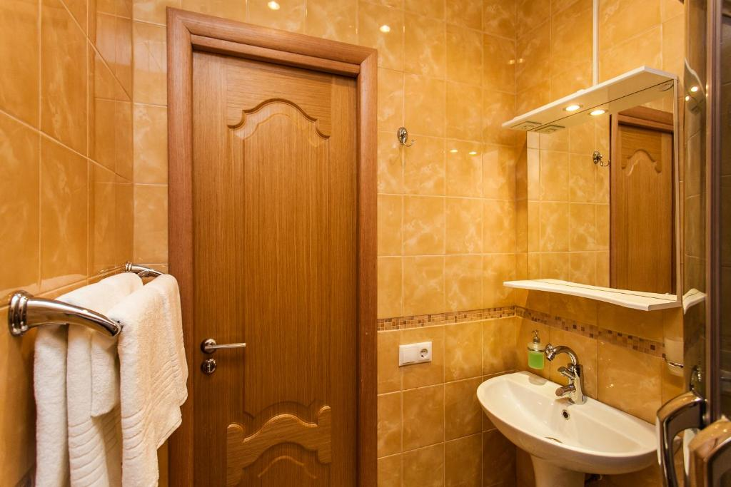 A bathroom at Leo Hotel