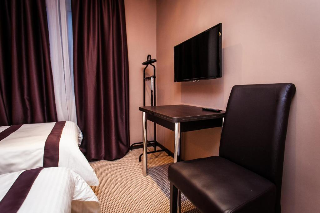 A television and/or entertainment center at Leo Hotel