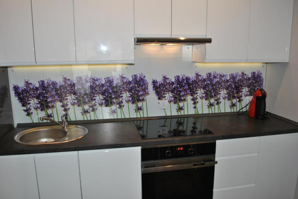 A kitchen or kitchenette at Lawendowy Apartment