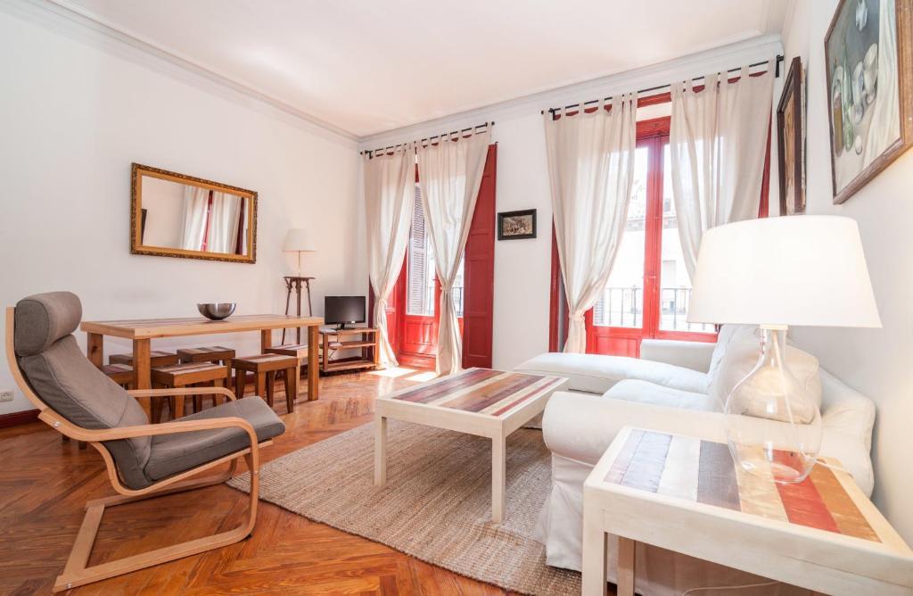 A seating area at Apartamentos Madrid Centro B