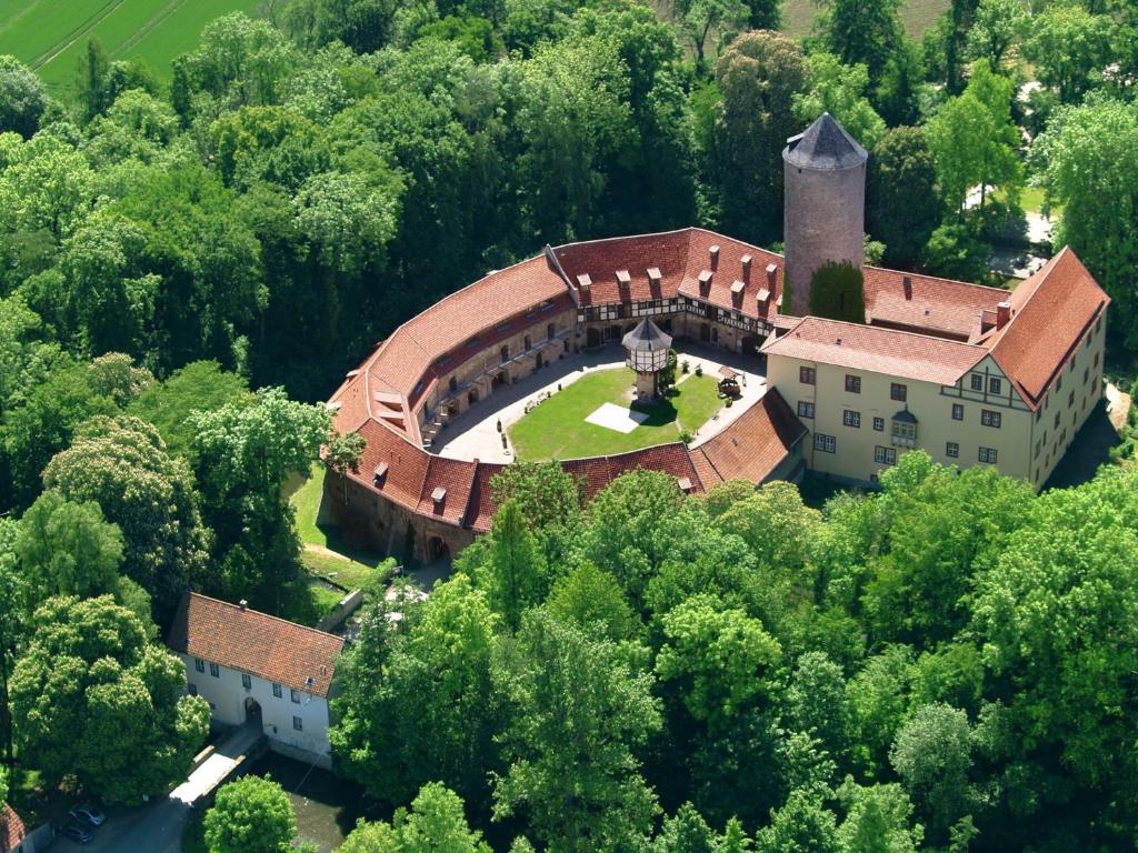 Blick auf Hotel & Spa Wasserschloss Westerburg aus der Vogelperspektive