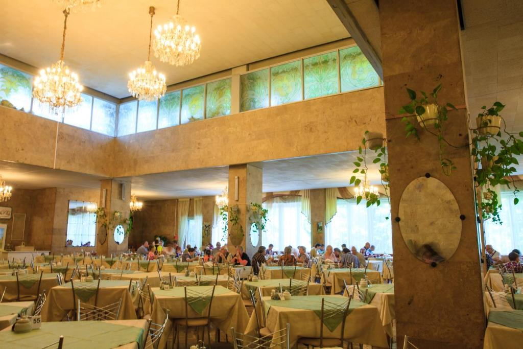 A restaurant or other place to eat at Zvenigorodsky Resort
