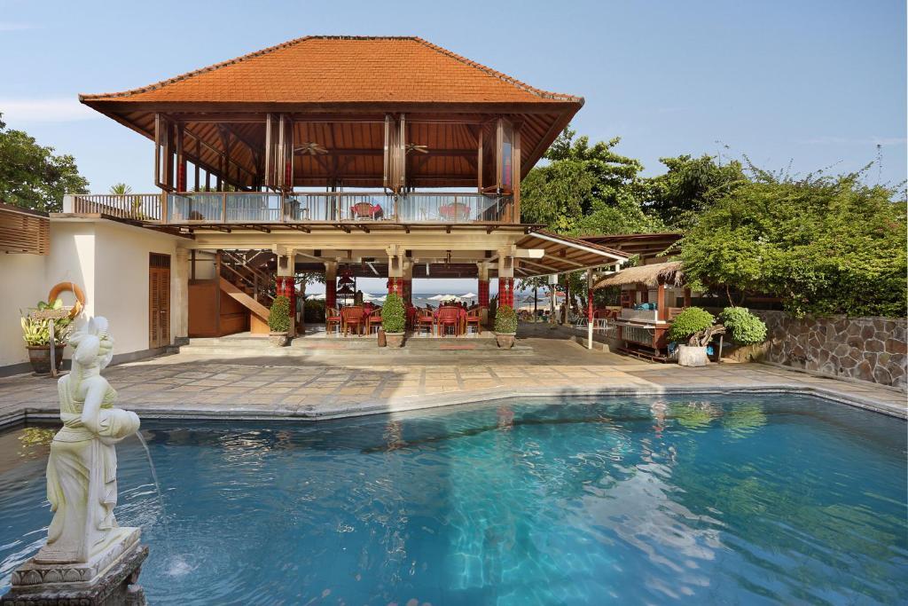 Het zwembad bij of vlak bij Respati Beach Hotel