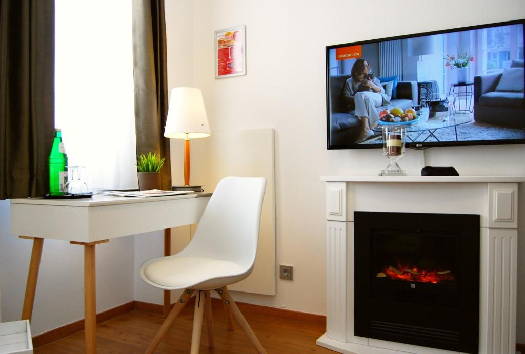 A television and/or entertainment center at Dom Hotel Am Römerbrunnen