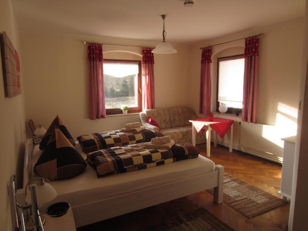Ein Sitzbereich in der Unterkunft Ferienwohnung Im Wiesenthal