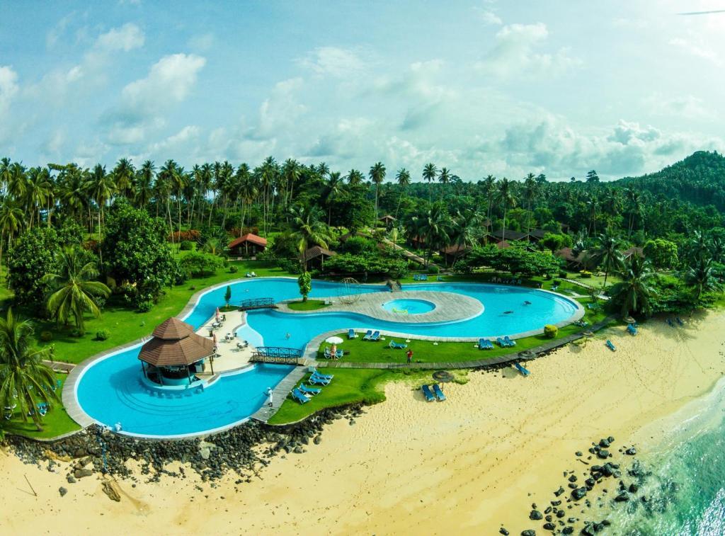 Vue sur la piscine de l'établissement Pestana Equador ou sur une piscine à proximité