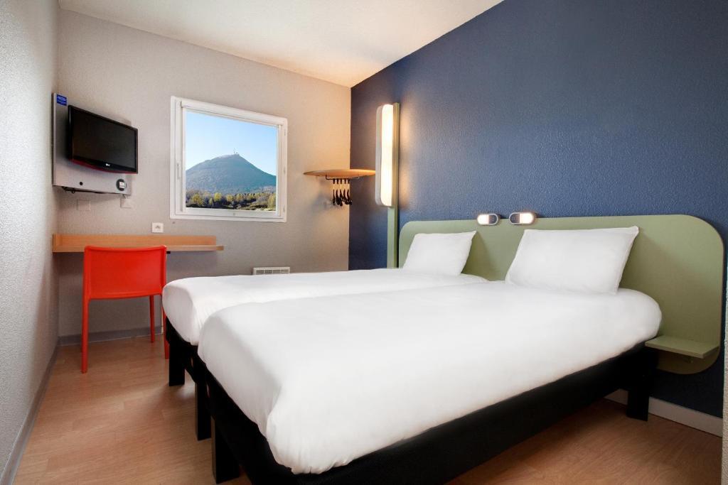 Un ou plusieurs lits dans un hébergement de l'établissement ibis budget Clermont Ferrand Nord Riom