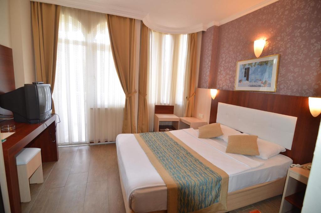 Кровать или кровати в номере Artemis Princess Hotel