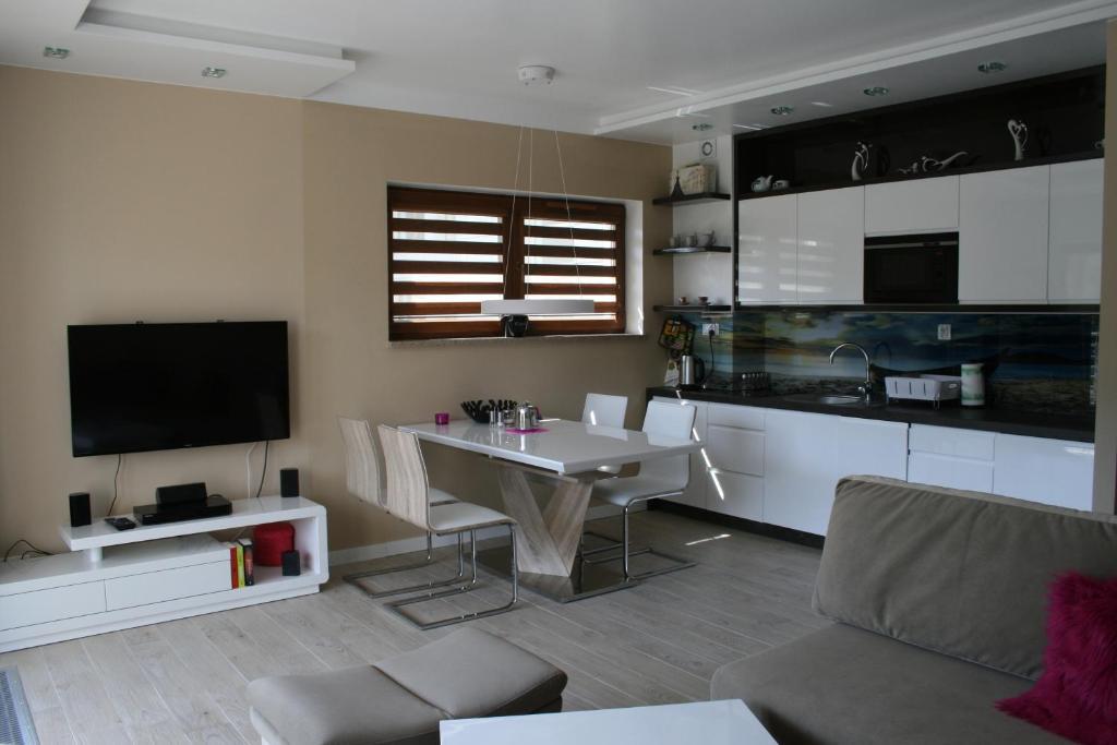 A kitchen or kitchenette at Apartament Porta Mare 122
