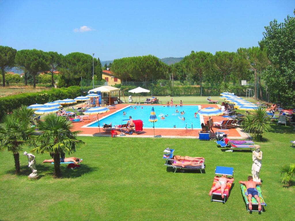 Vista sulla piscina di Badiaccia Village Camping o su una piscina nei dintorni