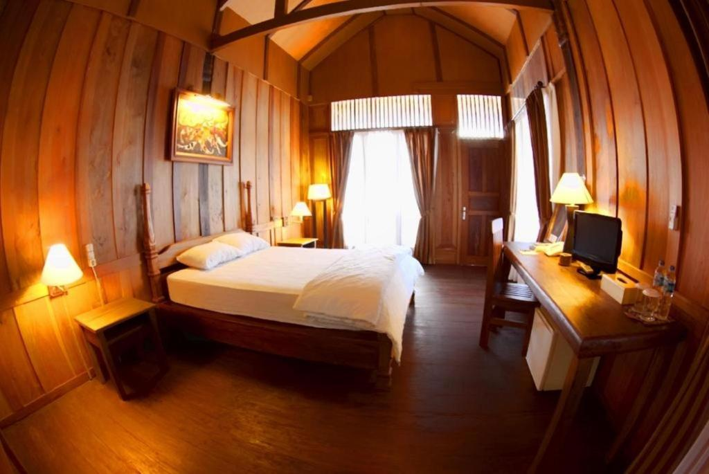 A bed or beds in a room at Patuno Hotel & Resort Wakatobi