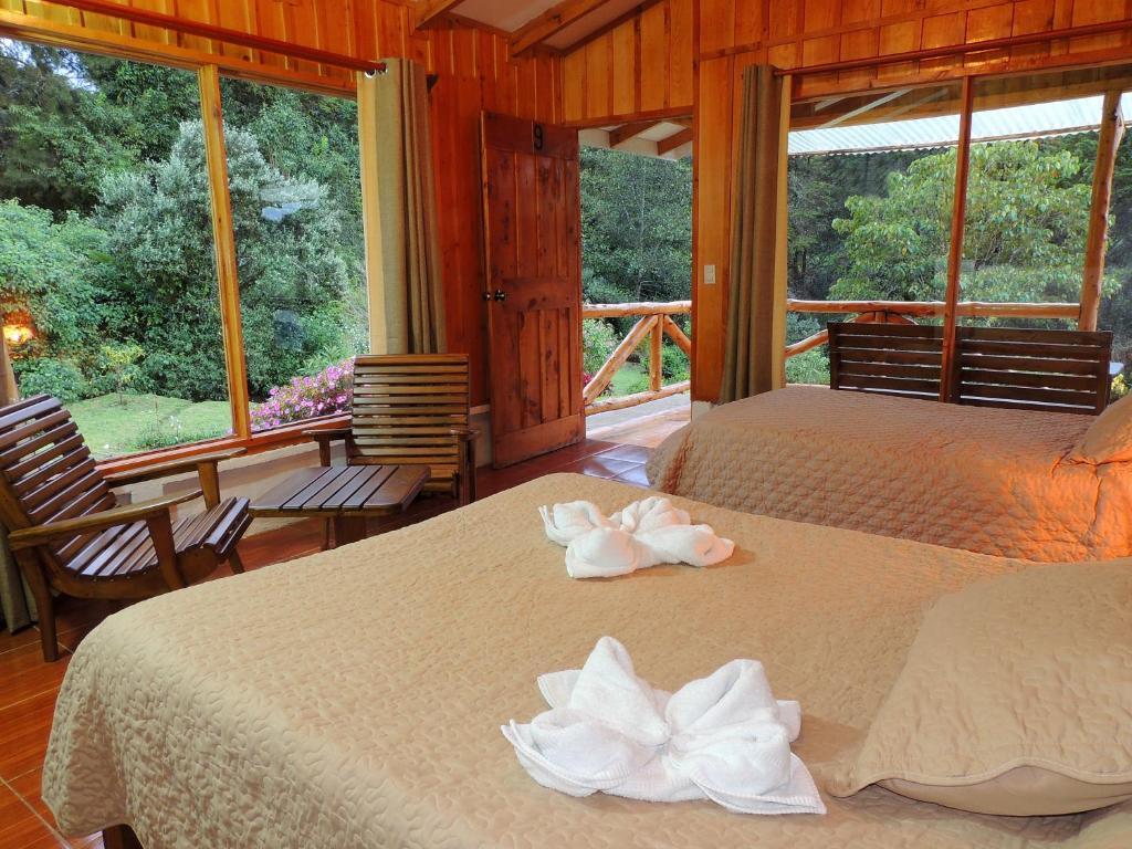 A bed or beds in a room at Hotel de Montaña Suria