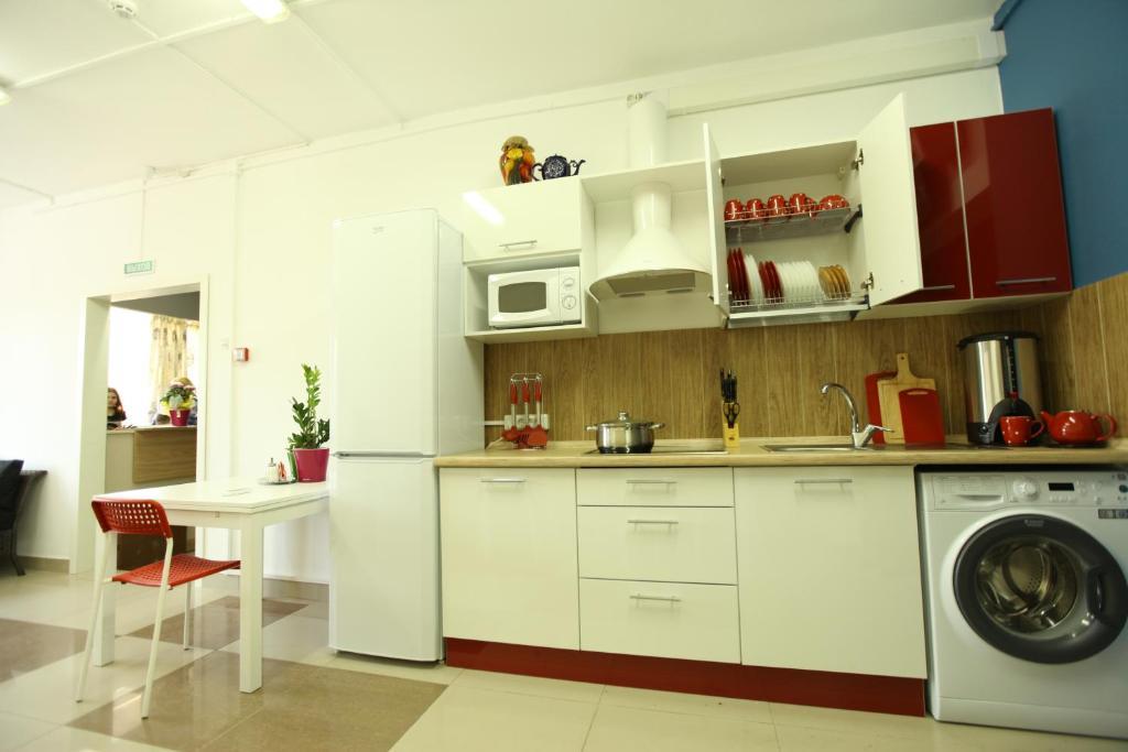 Кухня или мини-кухня в Хостел Три Матрёшки