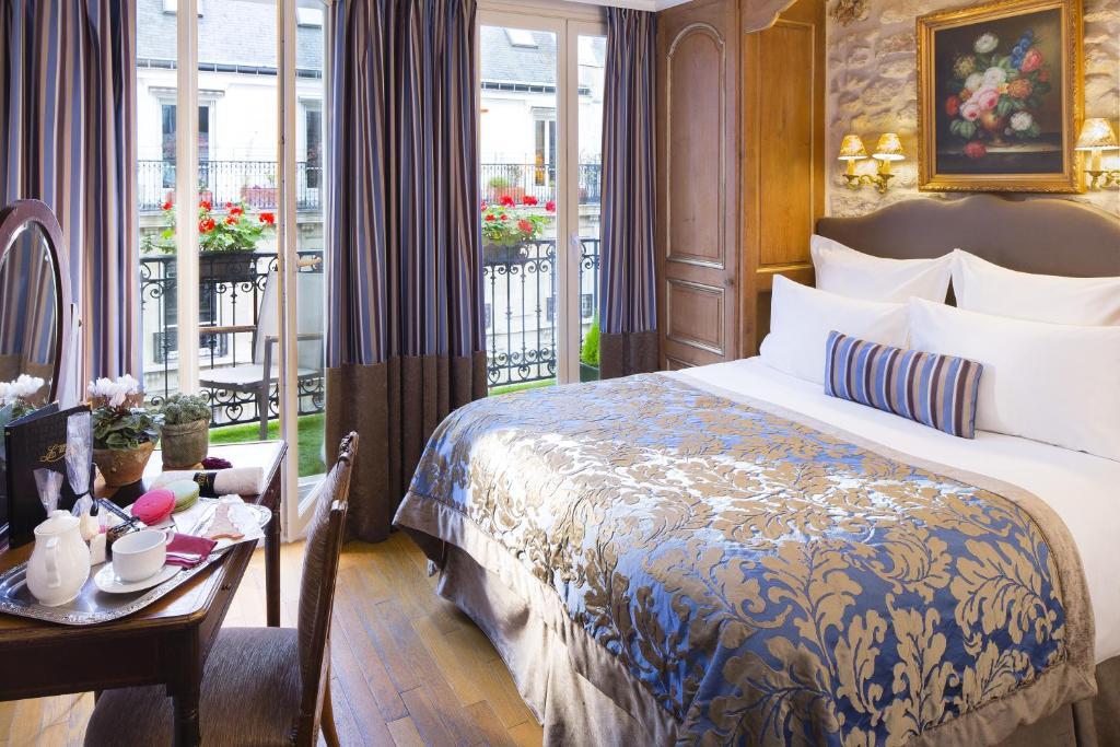 מיטה או מיטות בחדר ב-Hôtel Kleber Champs-Elysées Tour-Eiffel Paris
