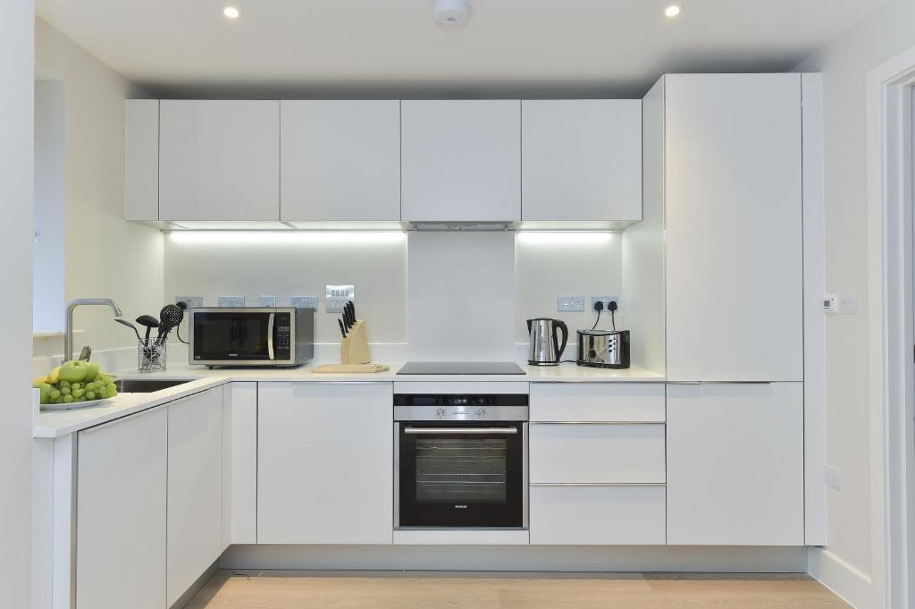 A kitchen or kitchenette at Tower Bridge City Apartments