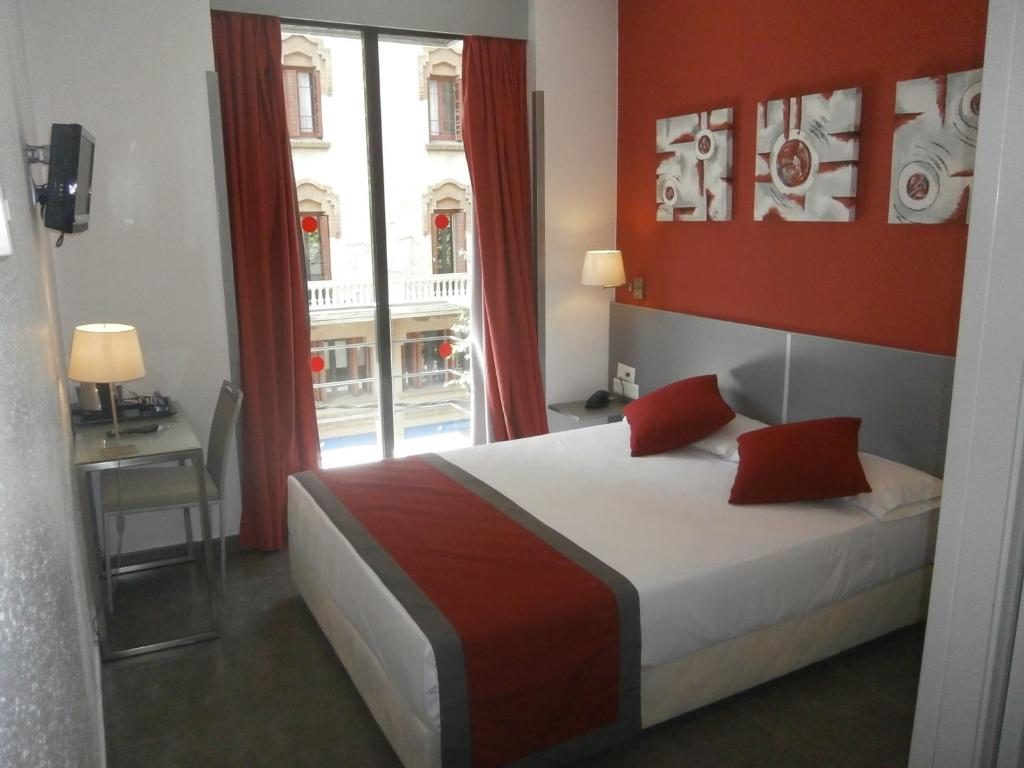 A bed or beds in a room at Hotel Medicis