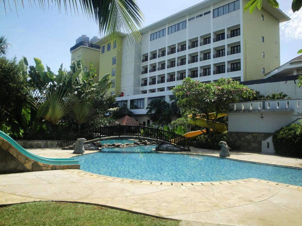 Piscine de l'établissement Sutanraja Hotel Manado ou située à proximité