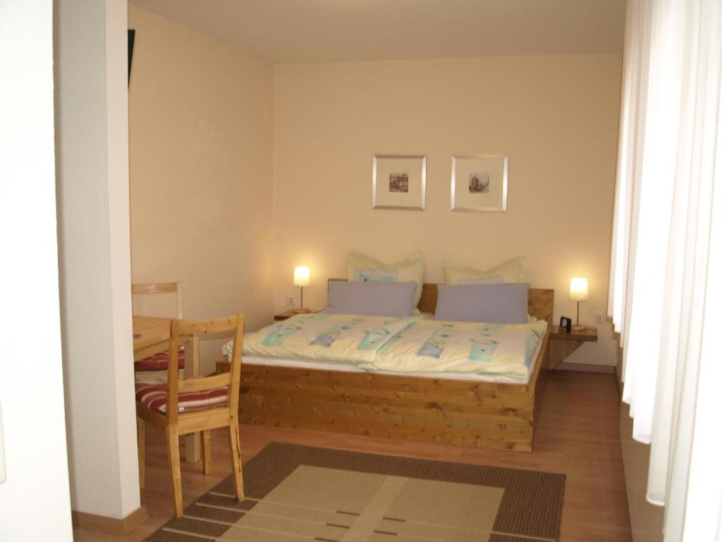 A bed or beds in a room at Gästehaus in der Gotthardtstraße
