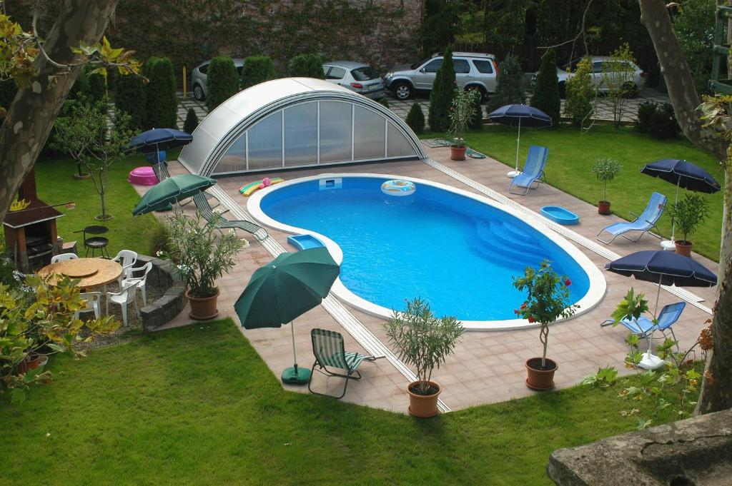 A view of the pool at Hotel Manzard Panzio or nearby