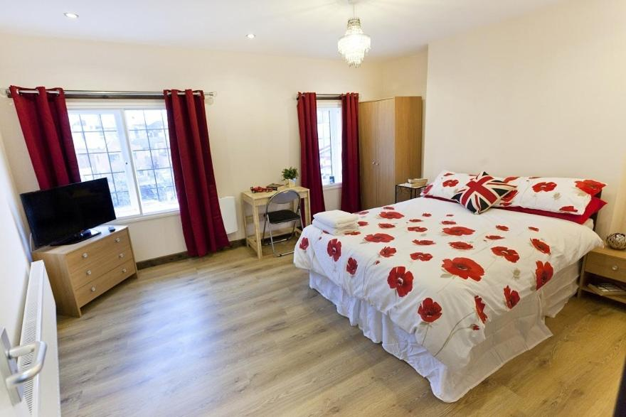 A bed or beds in a room at Emporium City Centre Self Catering & Annexe