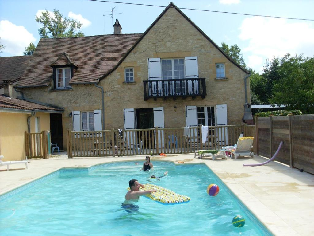 The swimming pool at or near Gîte Lassignardie