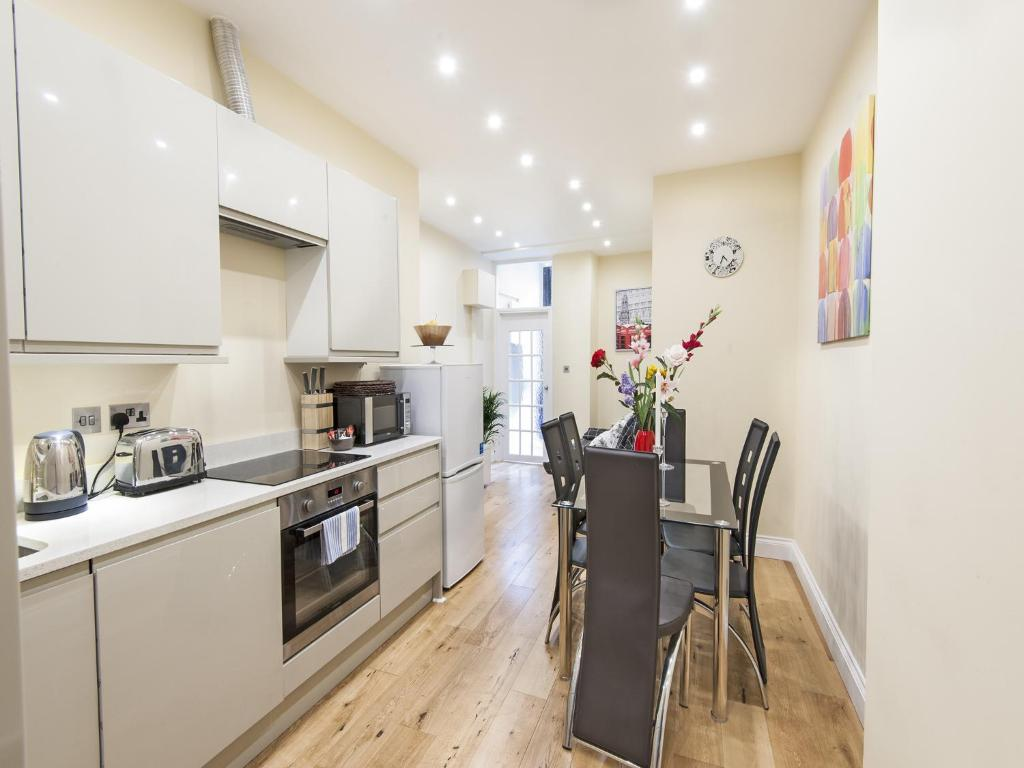 A kitchen or kitchenette at London City Apartments