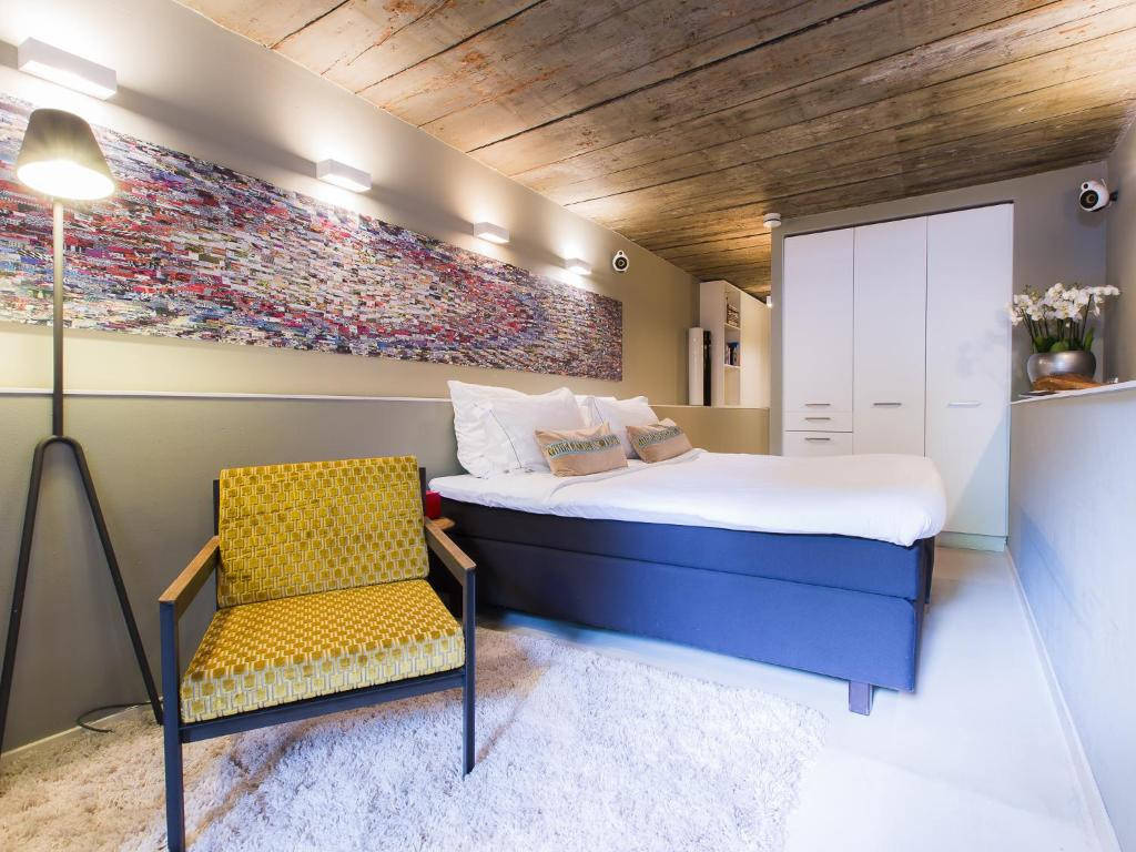 A bed or beds in a room at Herengracht b&nb